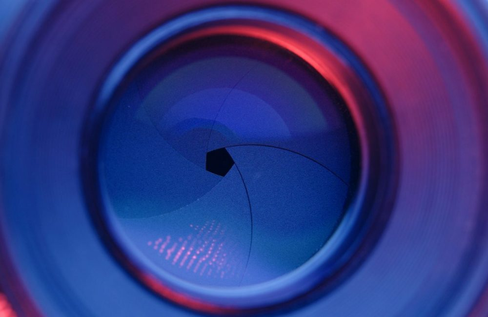 Taking photo by changing aperture with purple and blue light